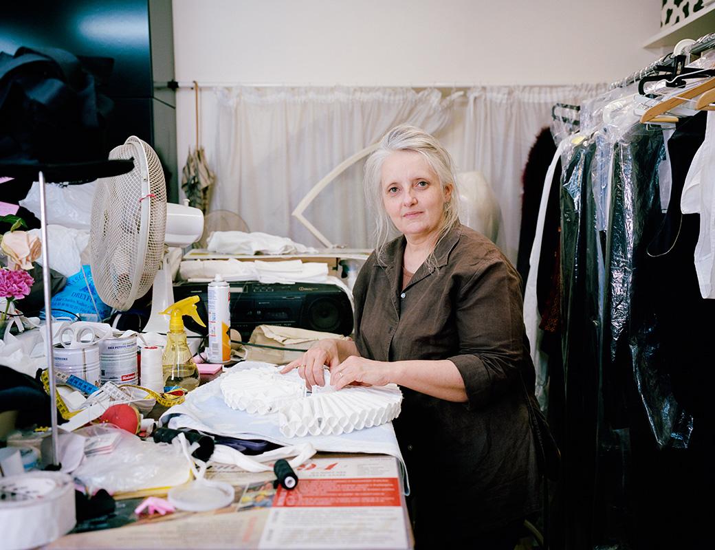 """Nathalie Violo, habilleuse au Théâtre du Palais-Royal « Ancienne élève de la Rue Blanche, l'ENSATT m'a permis d'apprendre le métier d'habilleuse-couturière. Ainsi, je côtoyais les autres corps de métier, afin de bien travailler ensemble dans cette grande machinerie qu'est le théâtre. Avec la passion de fabriquer des habits pour mes poupées, j'ai appris la couture en autodidacte et puis j'ai approfondi mes connaissances par les études. Par amour pour l'habit, j'étais captivée par les costumes d'époque de vieux films cultes. Puis grâce à la télévision qui diffusait Au théâtre ce soir, ce fut une approche très attirante qui me permettais d'avoir des rires partagés avec mes proches, ainsi que des comédiens comme Michel Roux, Jean Poiret et de cette génération qui donnait beaucoup de bonheur dans ces soirées. Actuellement, je vis de ma passion en conciliant le spectacle vivant avec de beaux costumes, en trouvant des astuces pour qu'ils puissent vivre le plus longtemps possible, pour que les comédiens retrouvent leurs costumes comme une seconde """"peau"""" pour être en rôle sur scène ! »"""