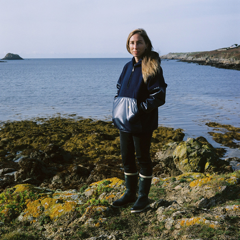 Ondine est ouessantine. Elle est guide conférencière depuis 10 ans et pêcheuse sur l'île. Elle souhaite transmettre le patrimoine insulaire qui est de tradition essentiellement orale.  Ondine is ouessantine. She's guide speaker for 10 years and fisherman on the island. She has been a guide for 10 years and a fisherman on the island. She wishes to transmit the island heritage, which is essentially oral tradition.