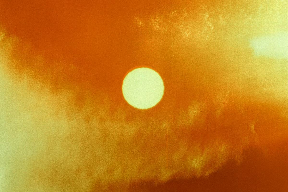 Hot sun. The film was burned by the sun. Soleil de canicule. Le film a été brûlé par le soleil.