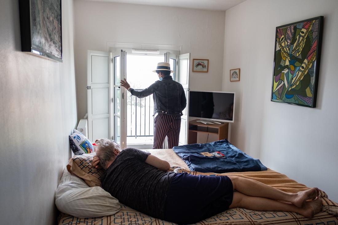 Sonia ouvre la fenêtre à cause de l odeur, d un bénéficiaire dépendant qui souffre de troubles mentaux .