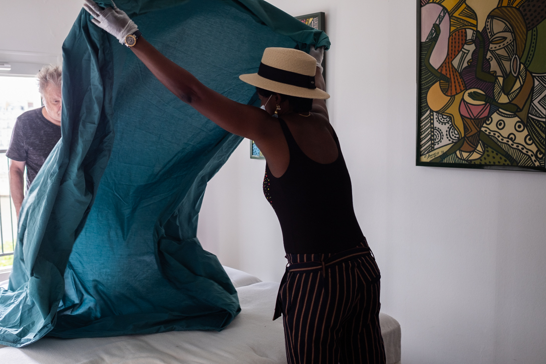 Sonia demande au bénéficiaire de l'aider à changer les draps souillés avec elle pour le stimuler à faire des choses.