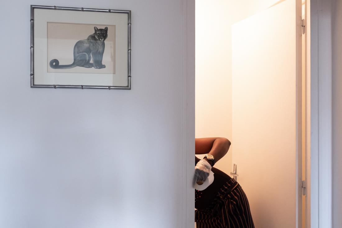 Sonia nettoie les toilettes quand c'est nécessaire pour ne pas laisser trop de travail désagréable à la femme de ménage.