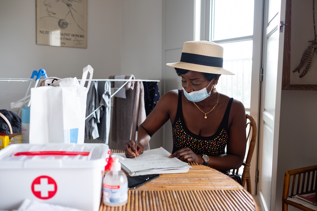 Sonia remplie le carnet de liaison pour transmettre a l' infirmière l'état du bénéficiaire.