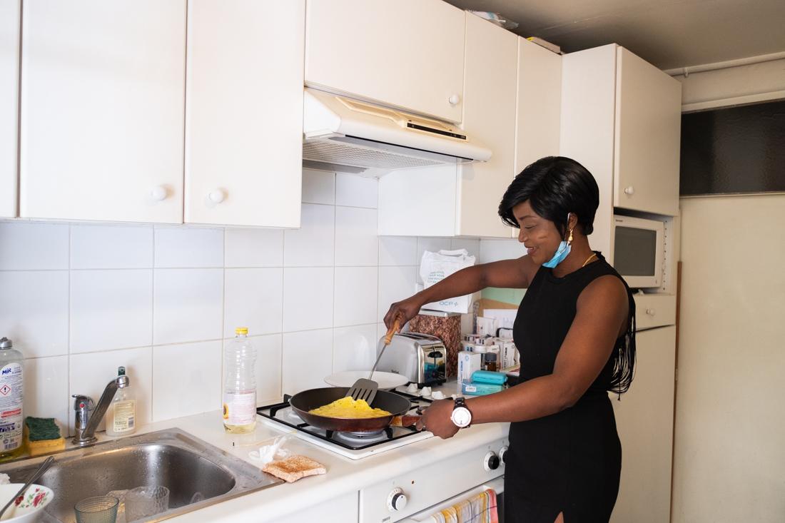 Sonia prépare le petit déjeuner du bénéficiaire atteint de la maladie de Parkinson qui ne peut pas se faire a manger seul au risque de se blesser.