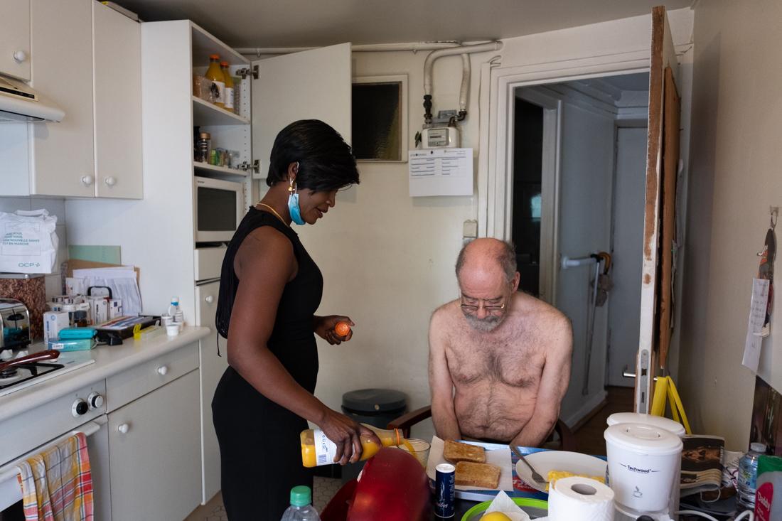 Il fait très chaud, en cette matinée d'été et le monsieur préfère rester torse nu pour prendre son petit déjeuner.