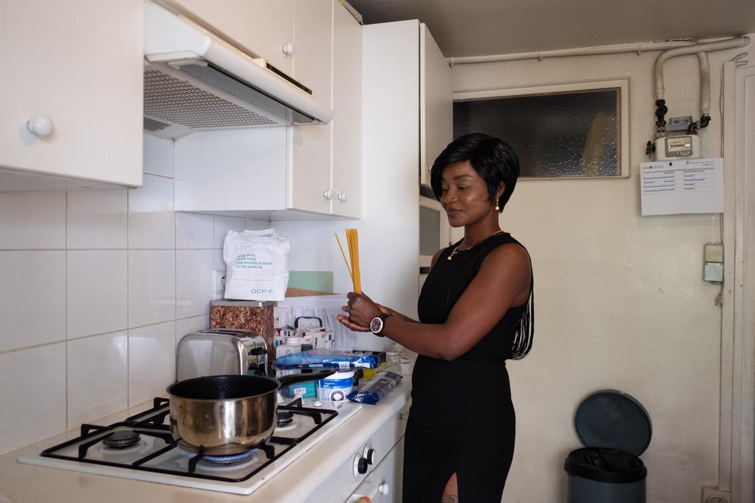 Sonia, prépare les repas du bénéficiaire atteint de la maladie de Parkinson qui ne peut se faire à manger seul au risque de se blesser.