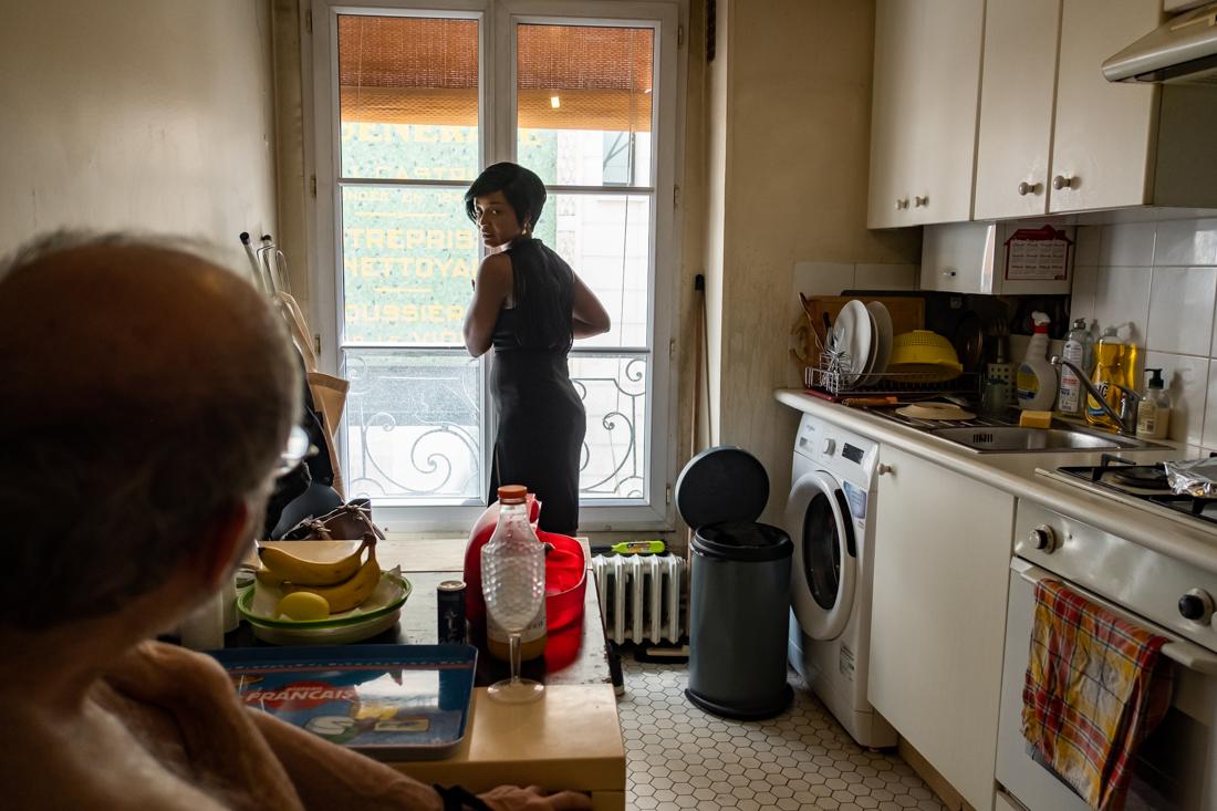 Sonia se prépare à partir pour aller chez un autre bénéficiaire. Elle ferme la fenêtre et reviendra lui rendre visite plus tard dans la journée.