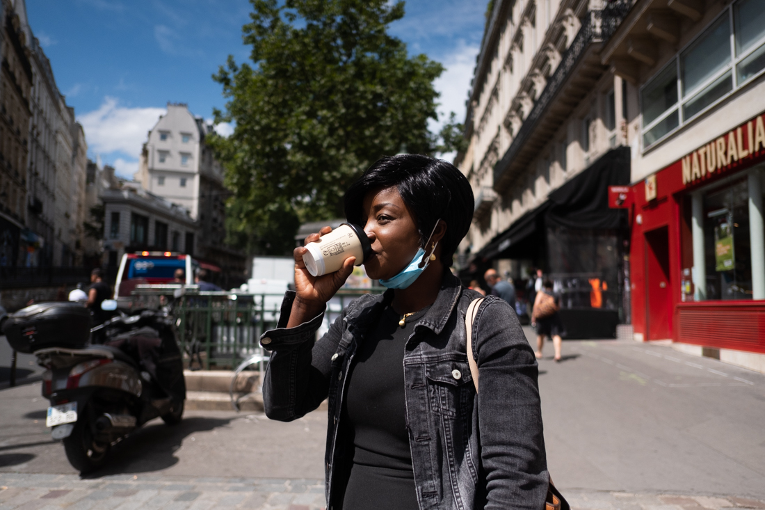 Elle boit un café dans la rue entre deux visites chez des bénéficiaires. Elle préfère marcher que de prendre le métro, cela lui permet de s aérer la tète entre deux rendez-vous.