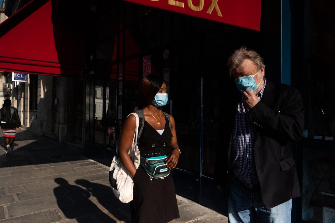 Le monsieur qu'elle accompagne dans un centre d'accueil de jour avait descendu son masque car il fait chaud. Elle lui demande de le remettre bien. Paris, 15 Septembre 2020.