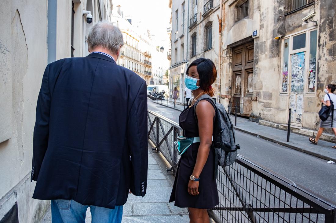 Elle encourage le monsieur qu'elle accompagne dans son centre d accueil de jour, à marcher, en plaisantant avec lui car il s'arrête souvent. Elle devra se rendre chez une autre personne tout de suite après.